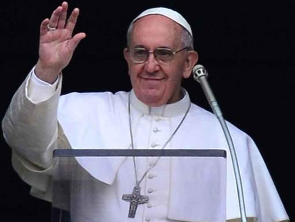 Papa all'Angelus, chi comanda deve essere saggio