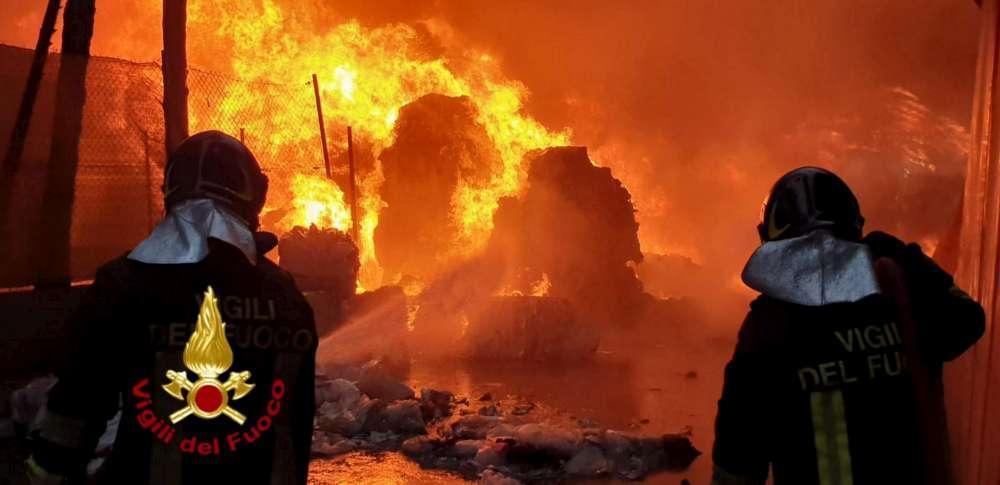 "Capannone industriale in fiamme a Perugia, il Comune: ""Restate in casa"""