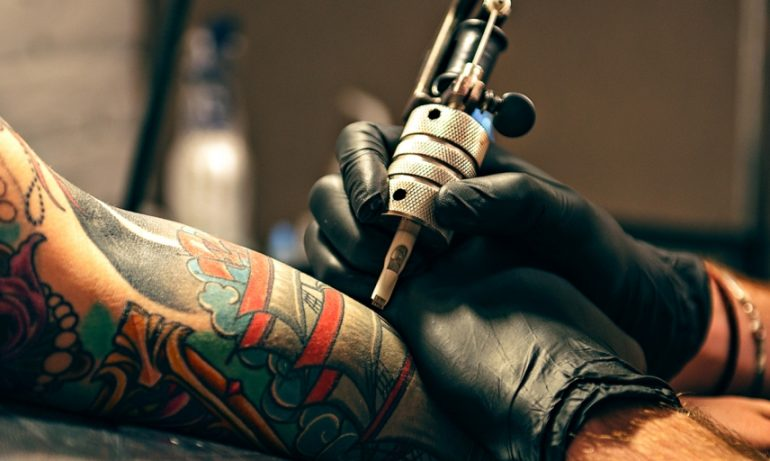 Passione tatuaggi, come proteggerli dal sole e dal mare