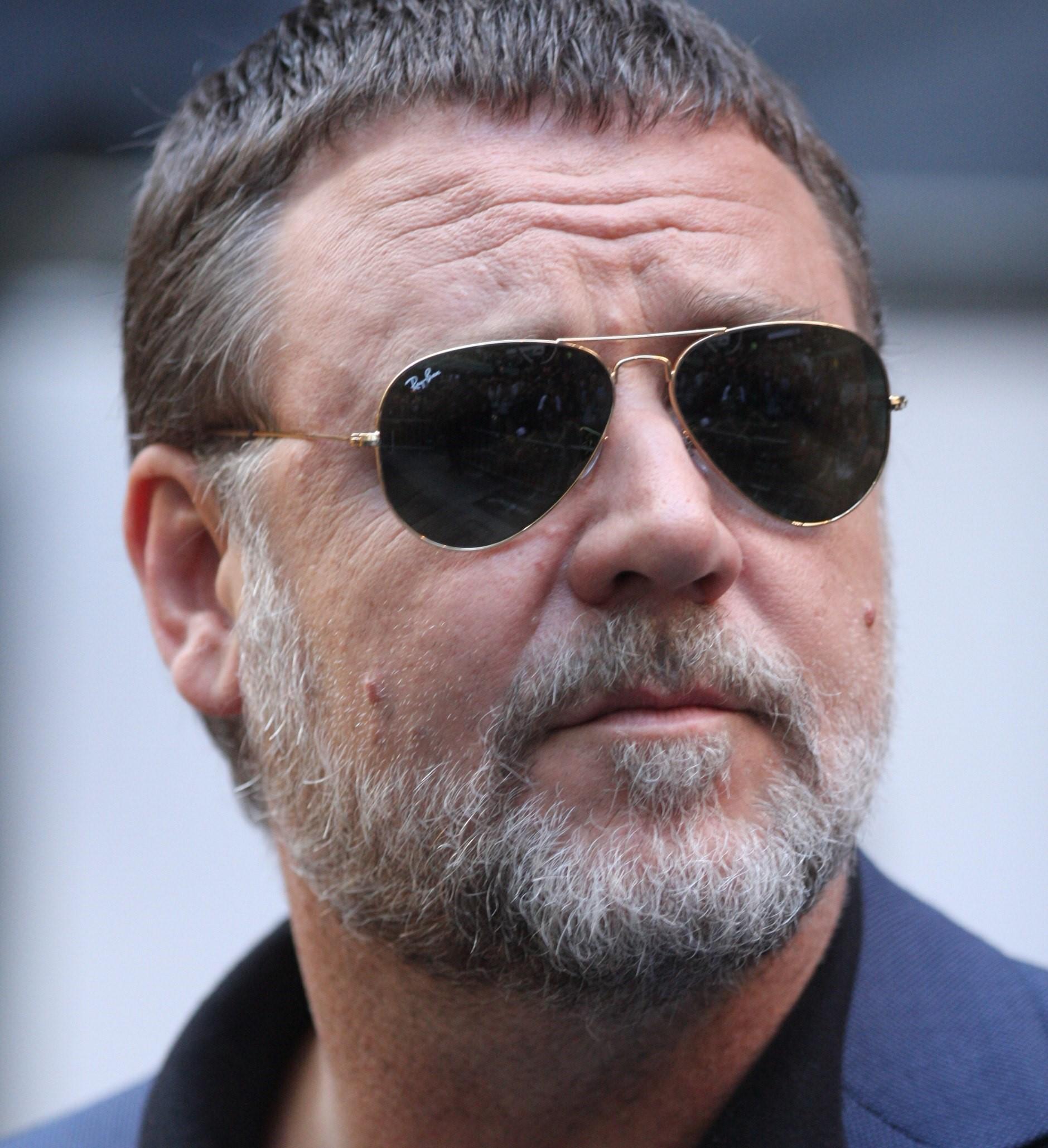Russell Crowe ingrassato e irriconoscibile pizzicato in aeroporto