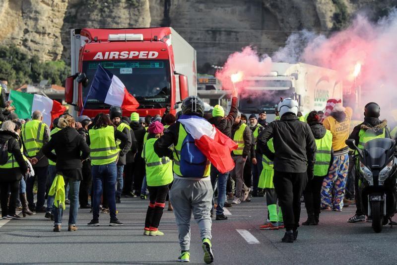 Gilet gialli, sabato di scontri a Parigi: 126 fermi