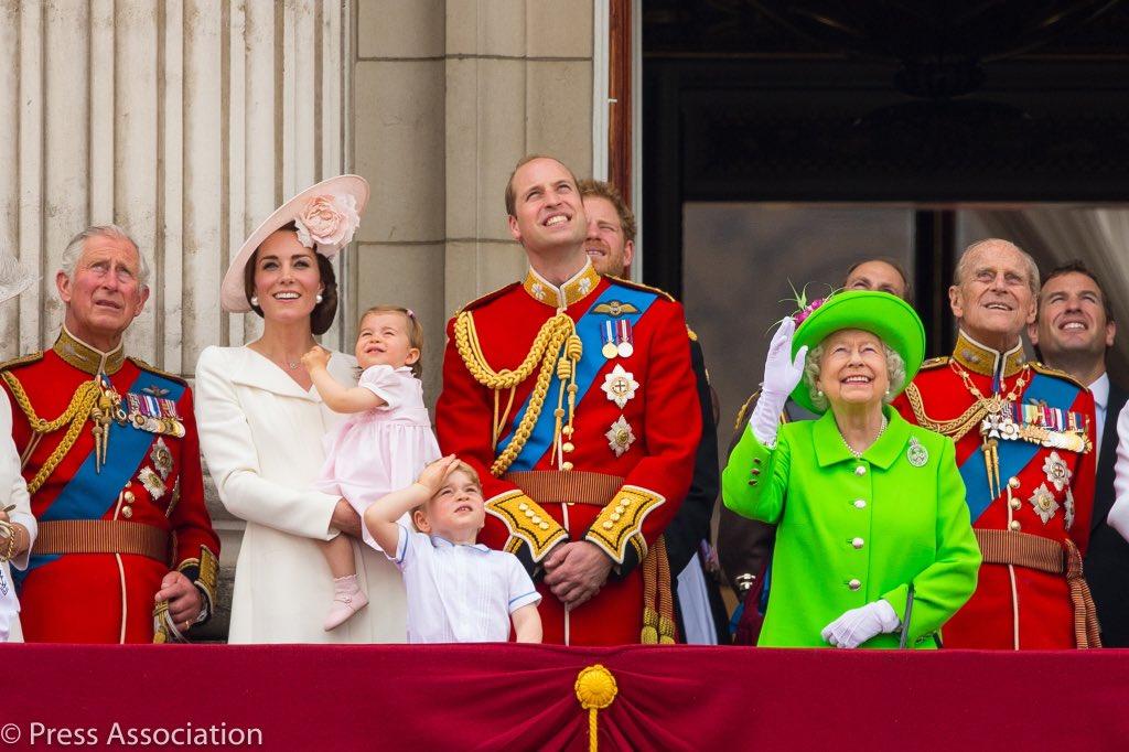 """La Regina Elisabetta compie 93 anni, lo scontro """"social"""" dei nipoti per farle gli auguri"""