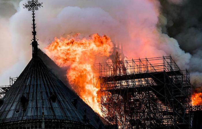 Notre Dame devastata dalle fiamme, le immagini choc da Parigi