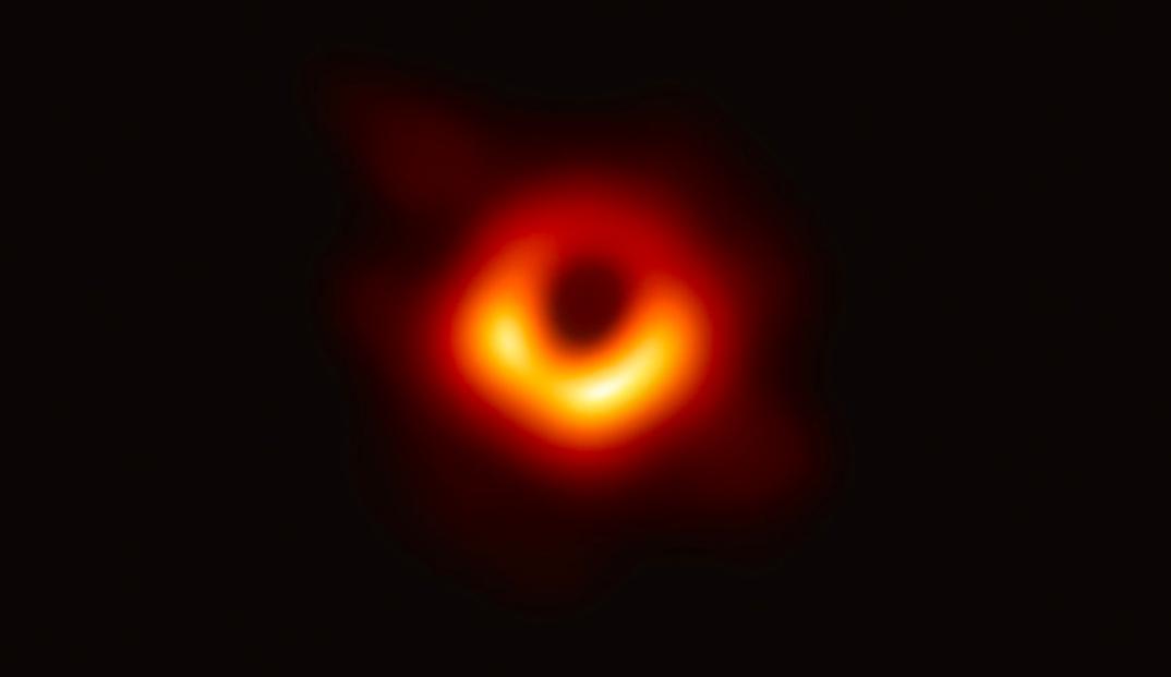 """Ecco la prima foto di un buco nero: """"Dista 55 milioni di anni luce"""""""