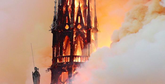 Notre Dame brucia ma la struttura è salva: i soccorsi al secondo allarme