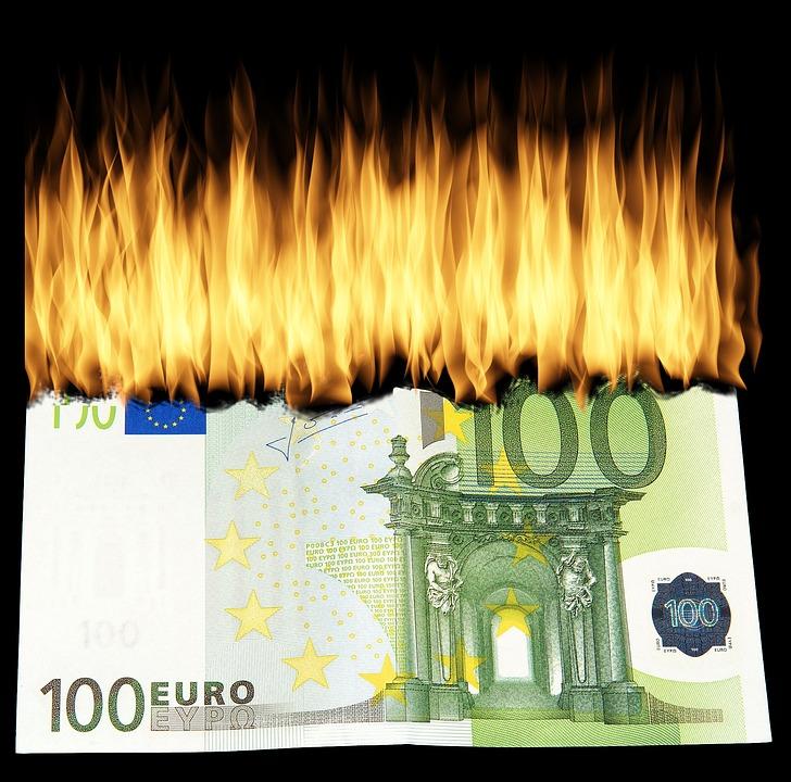 Nasconde 40 mila euro nel forno e la fidanzata li brucia per cuocere lo strudel