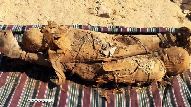 Scoperta italiana in Egitto: sotto la sabbia una necropoli con 35 mummie