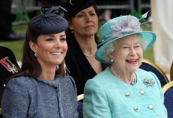 Il regalo della regina Elisabetta a Kate per l'ottavo anniversario di nozze