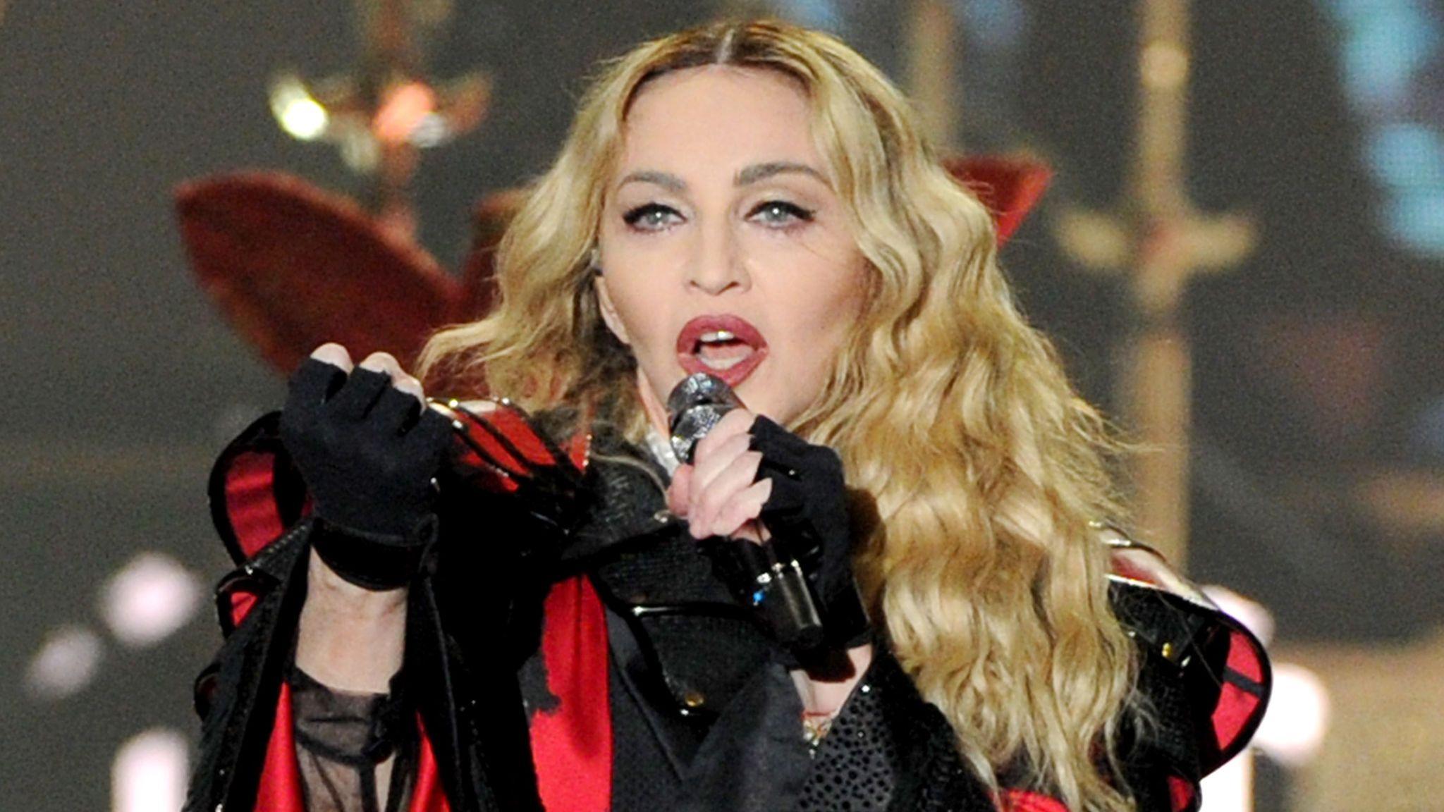 Madonna incontra i genitori del suo toyboy, tira aria di fiori d'arancio