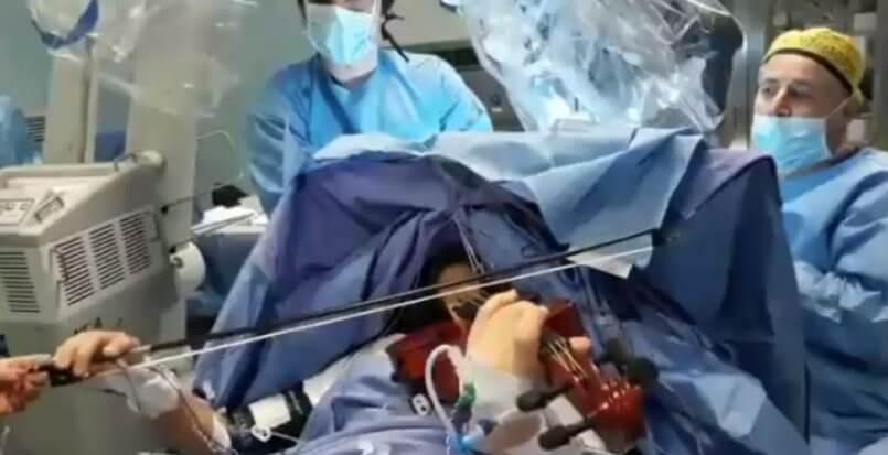 Taranto: 23enne operata al cervello mentre suona il violino