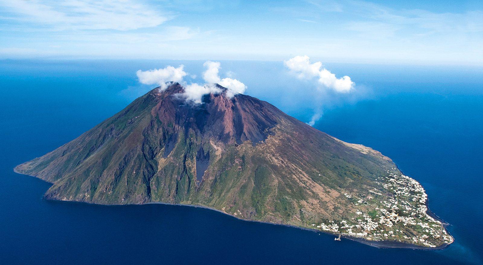 Stromboli, realizzata la radiografia muonica: si può monitorare l'interno del vulcano