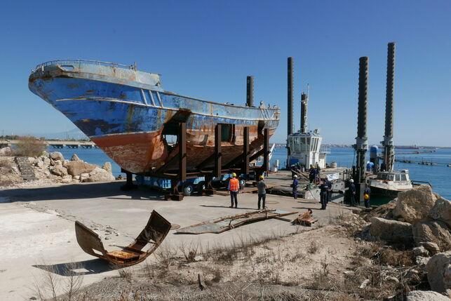 """Alla Biennale di Venezia arriva """"Barca nostra"""", la nave in cui morirono 700 migranti"""