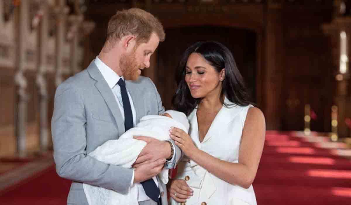 Torta e vestitino 'riciclati' per il battesimo di Archie: scatta il toto-padrini