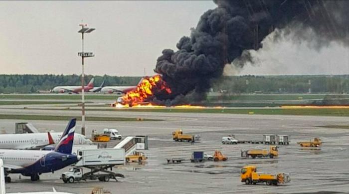 Aereo atterra in fiamme a Mosca, almeno 41 morti – VIDEO