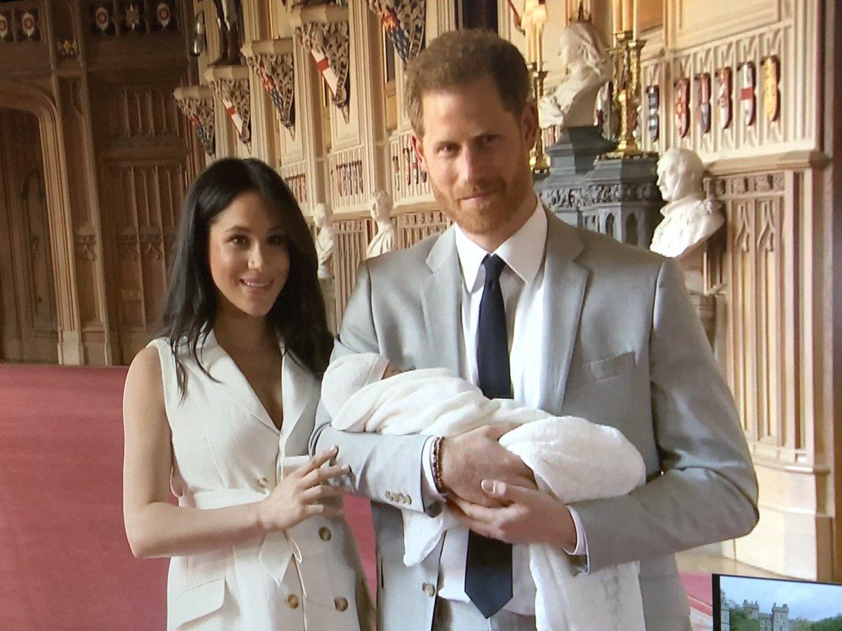 Harry e Meghan presentano il loro Royal Baby, ecco le prime foto