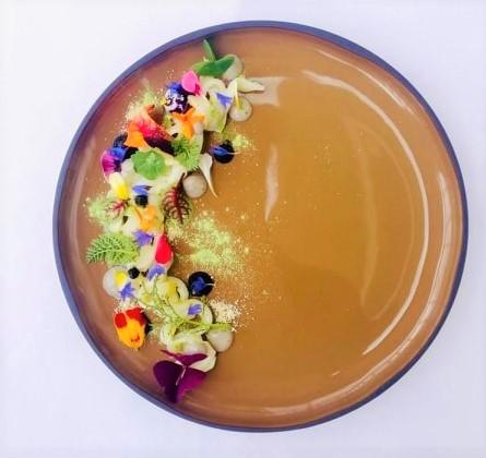 L'arte in un piatto: seppia, il suo nero, yuzu e mela dello chef Luca Cataldo