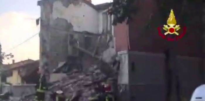 Crolla una palazzina a Gorizia, estratti due corpi: ricerche in corso – Video