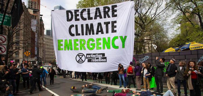 Clima, proteste davanti alla sede del Nyt a New York: 70 arresti