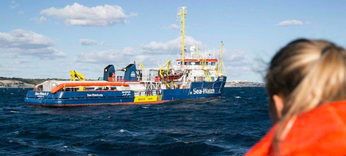 A Lampedusa approda un barchino con 10 migranti, stallo per la Sea Watch