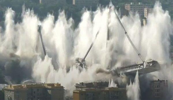 Ponte di Genova demolito con un'esplosione: in sei secondi tutto finito