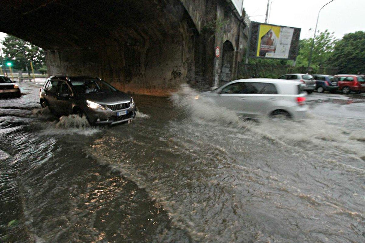 Violenta grandinata a Milano, esonda il fiume Seveso