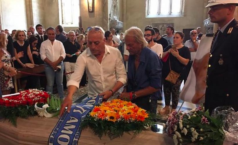 Folla e commozione a Napoli ai funerali di Luciano De Crescenzo