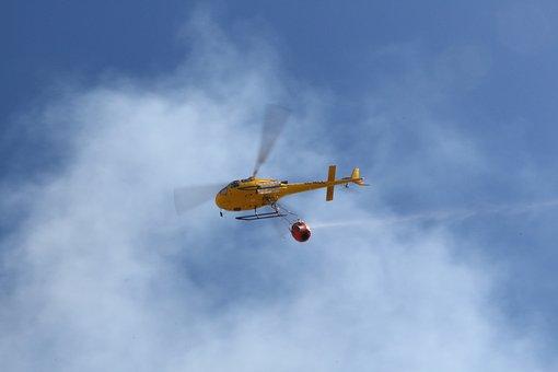 """Maxi """"esorcismo"""" a Buenaventura, acqua santa sulla città con l'elicottero."""