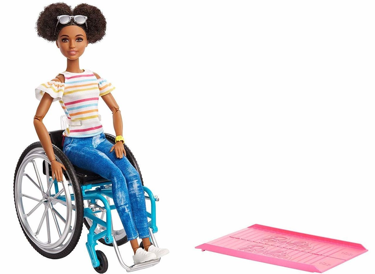 Arriva la Barbie nera sulla sedia a rotelle, la bambola diventa sempre più inclusiva