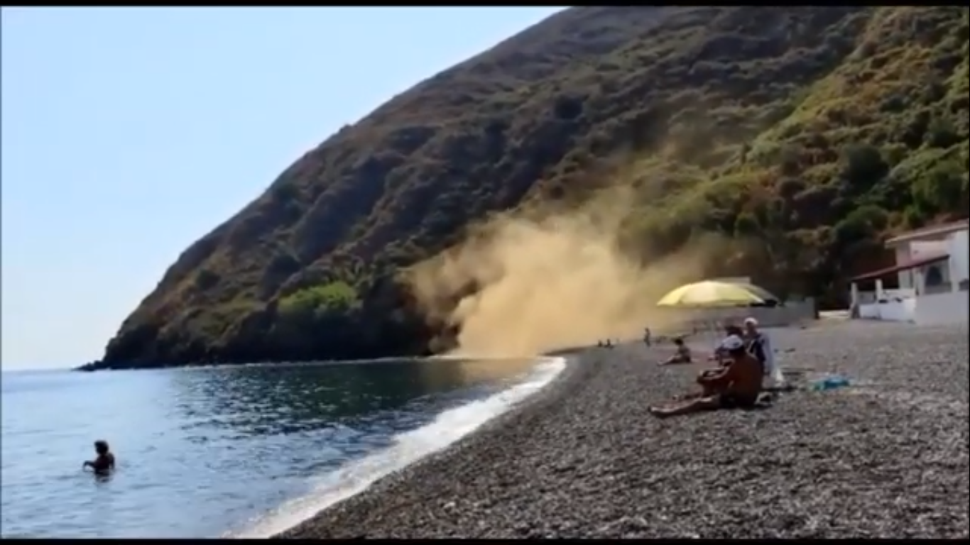 Lipari, nuova frana sulla spiaggia di Unci: nessun ferito ma tanta paura | VIDEO