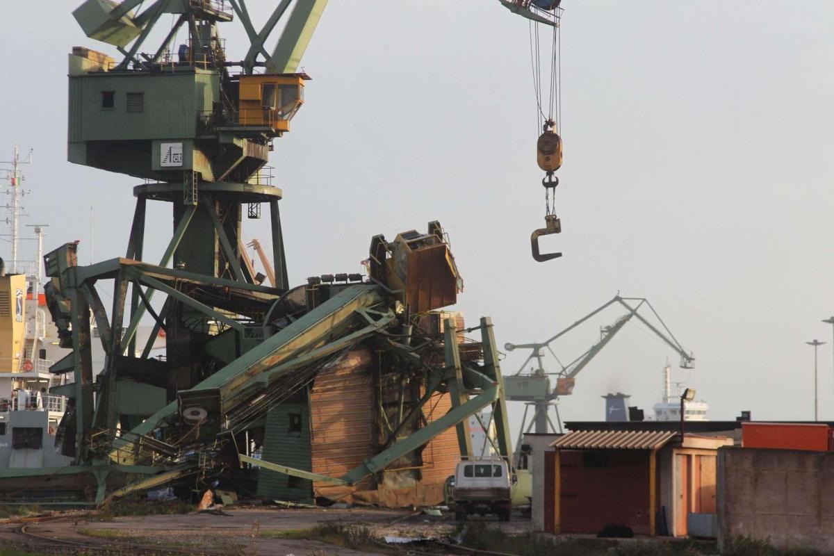 Cade una gru dello stabilimento Arcelor Mittal di Taranto, un operaio disperso