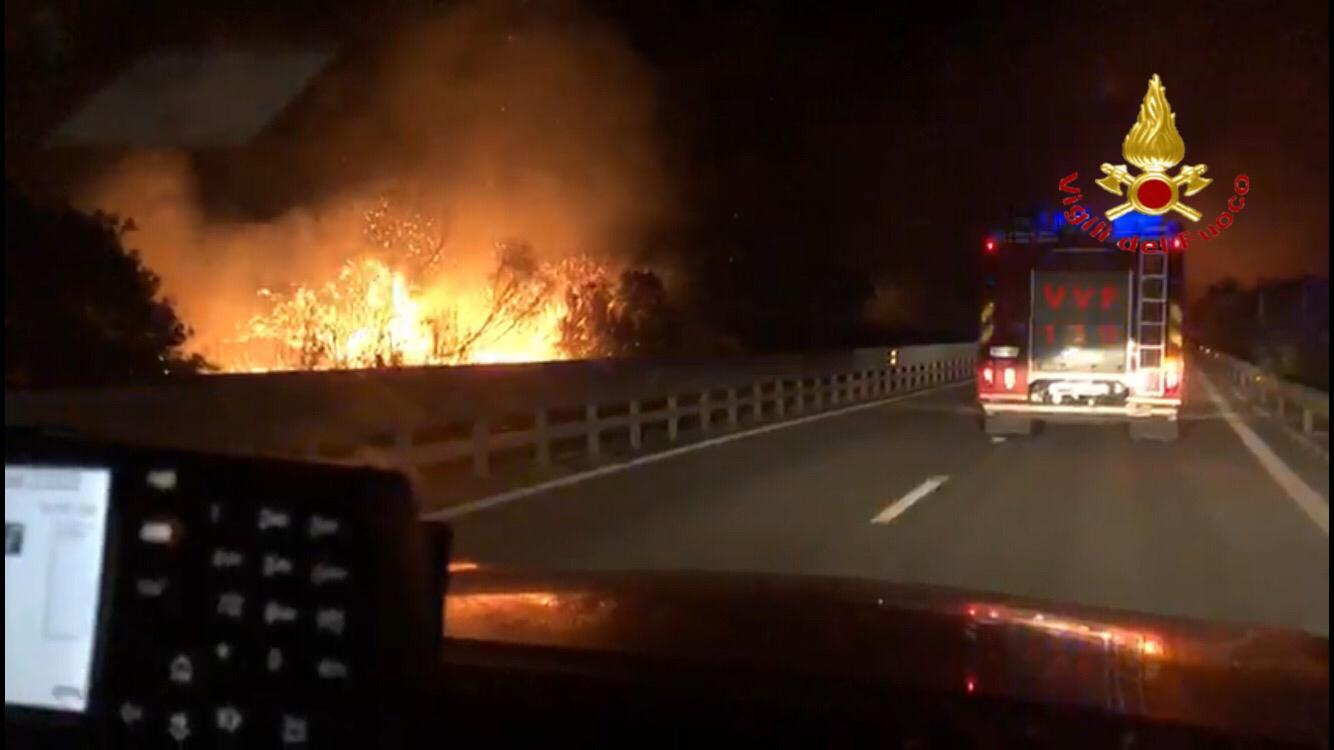 Vasto incendio nel Nuorese, bloccata la statale 131