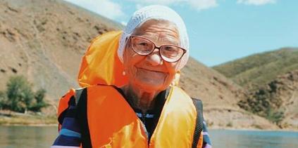 Nonna Yelena, la vecchina di 91 anni che gira il mondo da sola