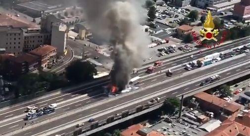 Tir in fiamme su raccordo Bologna, un morto | VIDEO