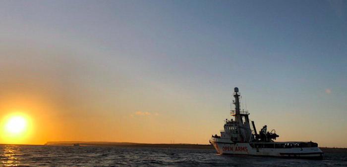 I migranti della Open Arms sbarcati a Lampedusa, la nave va a Licata