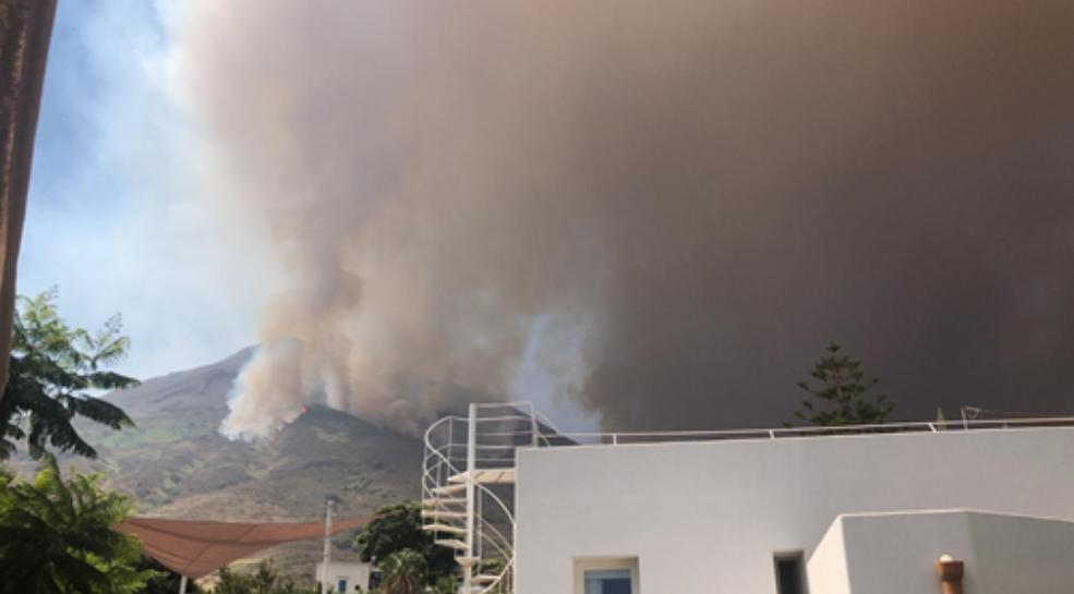 Nuova eruzione a Stromboli, forti esplosioni: paura nell'isola