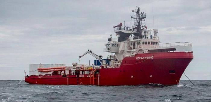 La Ocean Viking a Lampedusa, all'Italia 24 degli 82 migranti a bordo