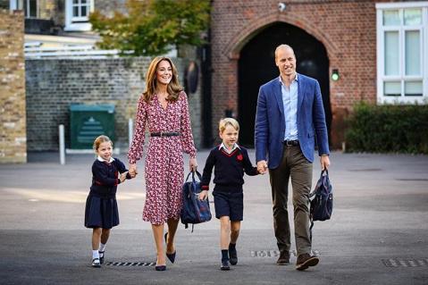 Il primo giorno di scuola di George e Charlotte di Cambridge | VIDEO