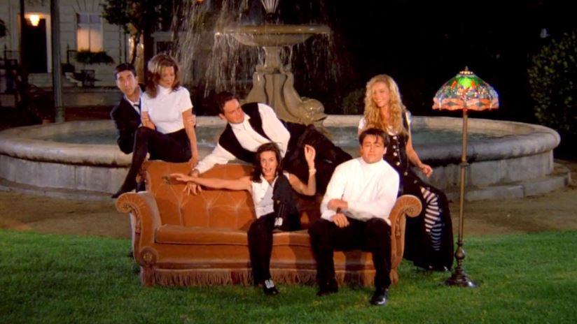 """Il divano arancione di """"Friends"""" arriva a piazza Barberini a Roma"""