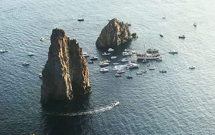 """""""Sposalizio dei Faraglioni"""", lo spettacolare omaggio ai """"giganti"""" delle Isole Eolie"""