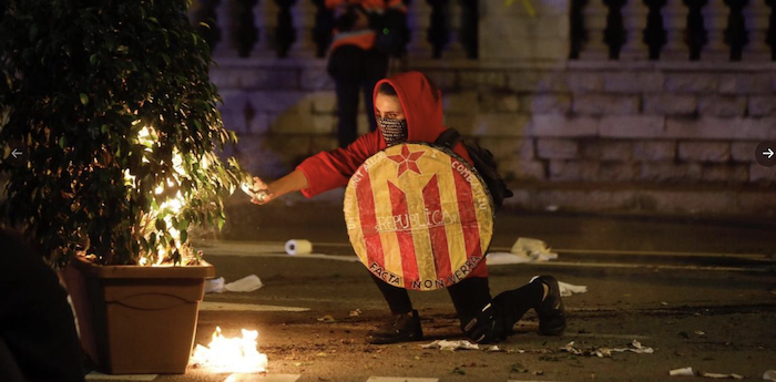 Guerriglia a Barcellona, mezzo milione di indipendentisti in strada