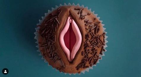 Gillian Anderson e i dolcetti a luci rosse, l'attrice si cala in pieno nel suo ruolo di sessuologa