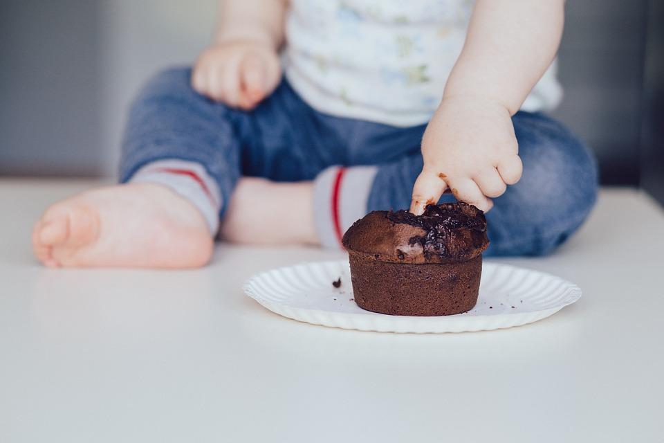 Rischio obesità infantile, i 3 cibi da non far mangiare al tuo bambino