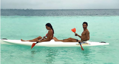 """Belen alle Maldive con Stefano mette in mostra la """"farfallina"""