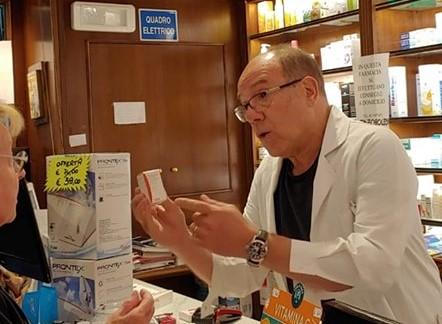 """Carlo Verdone si """"rilassa"""" in farmacia dando consigli alla gente """"Altro caso risolto"""""""