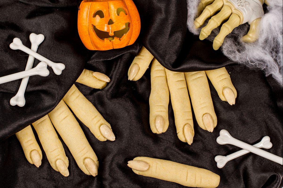 Ricette di Halloween, spaventose dita di strega dolci o salate