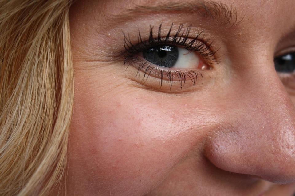 Rughe sotto gli occhi, quali sono le cause e come combatterle