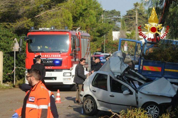 Un'auto travolge un gruppo di operai nel Leccese, 4 morti