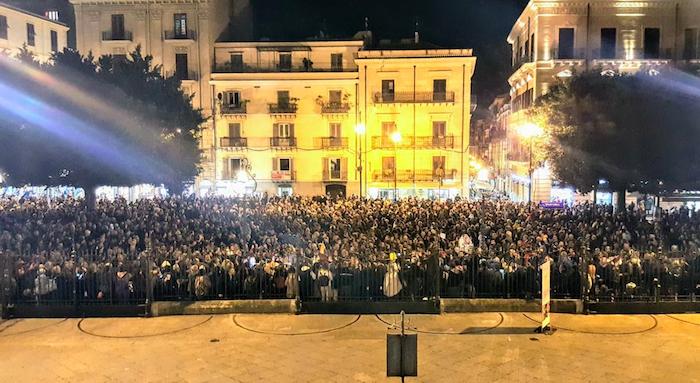 """Le """"sardine"""" invadono Palermo, in migliaia davanti al Teatro Massimo"""