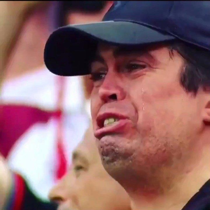 Tifoso piange a dirotto cantando l'inno del suo club e diventa virale