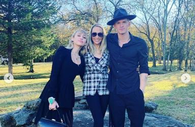 Miley Cyrus porta Cody Simpson al matrimonio del fratello: presentazione in famiglia
